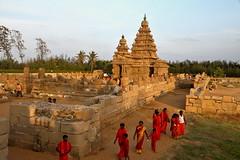 Les plerins du temple (Chemose) Tags: india architecture canon landscape temple eos coast january cte shore 7d paysage janvier tamilnadu coromandel inde southindia mahabalipuram mamallapuram pilgrims rivage pallava plerins indedusud