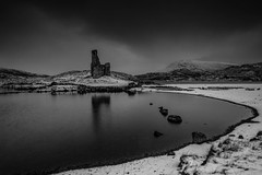 Ardvreck Castle.. (Gordie Broon.) Tags: sky bw snow reflection beach monochrome landscape geotagged lago scotland scenery rocks meer moody alba scenic overcast paisaje escocia vista paysage caledonia schottland ullapool ecosse lochinver collines wintry colinas scozia assynt scottishhighlands heuvels ardvreckcastle lochassynt inchnadamph elphin sutherlandshire clanmacleod gaidhealtachd clanmackenzie gordiebroonphotography canon5dmklll canon1635f4l