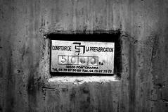 Plaque d'information (MainMain39) Tags: white black industrie chantier dtail
