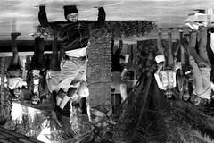 Reto Foto Diferente -Otra perspectiva- (Alyaz7) Tags: show street blur blancoynegro fun dance movement upsidedown crowd movimiento depthoffield desenfoque público baile invertido diversión invert amuse asombro profundidaddecampo callejero monocromático differentperspective novr decabeza perspectivadiferente rawquality nikond7200 lentenikonnikkoraf70300mm1456g retofotodiferente