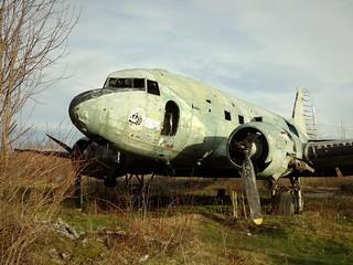 Un Douglas C-47 Skytrain, cloué au sol