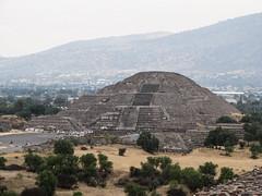 """Teotihuacan: vue sur la Pyramide de la Lune depuis la Pyramide du Soleil <a style=""""margin-left:10px; font-size:0.8em;"""" href=""""http://www.flickr.com/photos/127723101@N04/25263357979/"""" target=""""_blank"""">@flickr</a>"""