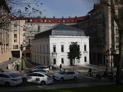 111215 048 (Jusotil_1943) Tags: edificio taxis chimeneas coches parada whitecars buhardillas claraboya