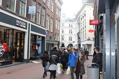 Amsterdam, Kalverstraat (Davydutchy) Tags: city people holland netherlands amsterdam shop shopping march centre crowd nederland stadtmitte denim paysbas centrum kalverstraat winkelstraat niederlande hilfiger 2016 menigte