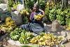 Venez goûter les bananes (Chemose) Tags: portrait woman india canon eos market femme january banana 7d banane janvier marché tamilnadu inde southindia saleswoman marchande indedusud