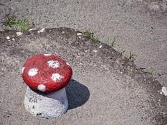 Fliegenpilz (MKP-0508) Tags: street sculpture mushroom skulptur streetlife rue champignon pilz fliegenpilz strase sculpturetrouve founssculpture