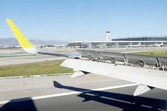 Vueling Airbus A320 landing in Malaga AGP Airport Spain (roli_b) Tags: airplane airport aircraft wing jet landing airbus flugzeug aeropuerto malaga avion approaching a320 landung flgel flieger vueling flughfafen