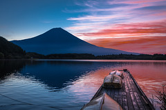 Tanuki Lake (eliseteshiraishi) Tags: trees sunlight mountain lake plant reflection tree nature japan landscape boat nikon outdoor mountfuji japo nihon mtfuji fujinomiya shizuka shizuokaken fujinomiyashi aoarlivre tanukilake nikond750 prefeituradeshizuoka