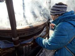 Quand le monde est dangereux, l'humilit est un facteur de longvit. (Phoebus58) Tags: woman japan temple sensoji tokyo shrine smoke femme priest asakusa shinto japon kaminarimon bouddhisme voeux fumee encens priere whish volute