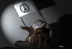 #MoveTheWorld (giloudim) Tags: world love peace flash ombre intrieur chaussure flickrfriday canon7dmarkii