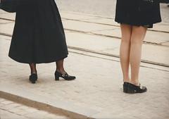 Court ou long (Pi-F) Tags: robe femme trottoir attente jambe courte longue
