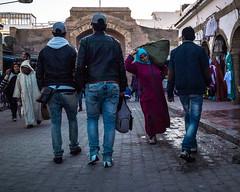 Passage (cafard cosmique) Tags: africa street portrait portraits photography photo foto image northafrica retrato streetphotography portrt morocco maroc maghreb tradition portret enfant marruecos extrieur ritratto personnes essaouira marokko marrocos afrique