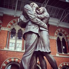 El #unico #idioma #universal es el #beso #diainternacionaldelbeso The #only #true #language in the #world is a #kiss #Musset #stpancras #kissingstatue #london #kissingday #diadelbeso (Cevex Madrid) Tags: world london true kiss only universal language stpancras beso musset unico idioma kissingstatue kissingday diainternacionaldelbeso diadelbeso
