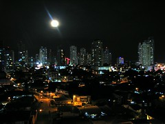 that moon over the city (Luis Eduardo ®) Tags: city moon night buildings full panama luismosquera