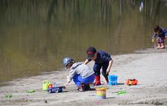 Le bonheur  la plage .............! (Elyane11) Tags: vacances couleurs lac plage bonheur jouets jeux sonyslta57