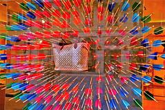 Cible manquée !! (JDAMI) Tags: france rouge nikon boulevard magasin 33 sac bordeaux bleu luxe vitrine d300 aquitaine gironde flèches