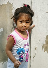 cute toddler (the foreign photographer - ) Tags: cute girl portraits canon thailand toddler kiss child bangkok khlong bangkhen thanon 400d