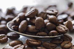 Coffee (giloudim) Tags: macro coffee grains mtal contrejour flou cuillre macromondays canon7dmarkii
