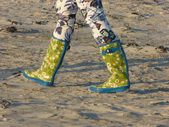 Matching colour (willi2qwert) Tags: beach girl strand women wellies rubberboots gummistiefel wellingtons gumboots rainboots regenstiefel