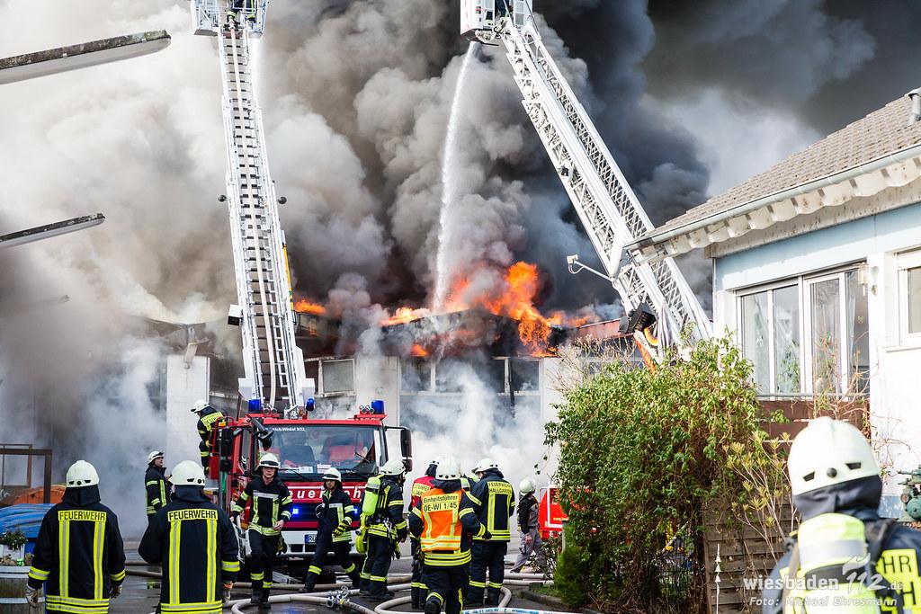 Brand einer Lagerhalle Bauhof in Mittelheim Wiesbaden 112