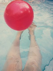 Dias de Primavera (mayavilla) Tags: blue red primavera sol water azul ball rojo agua legs piscina dias pelota calor alberca