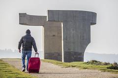 El viajero (fertraban) Tags: travel viaje rojo gijn asturias escultura chillida traveler viajero xixn elogiodelhorizonte amelta