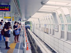 Monorail (JanneM) Tags: film japan canon kiss jan platform 400   osaka monorail 35 kansai platser janne  objekt kodakportra moren mnniskor
