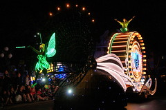 Tinker Bell & Peter Pan in Paint the Night at Disneyland (GMLSKIS) Tags: tinkerbelle peterpan disney california amusementpark anaheim disneyland paintthenight parade fairy