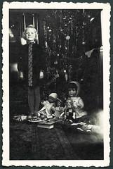 Archiv EE200 Weihnachten in Hannover, 1930er (Hans-Michael Tappen) Tags: christmas xmas girl weihnachten 1930s doll dolls christmastree tinsel nol weihnachtsbaum mdchen puppe tannenbaum 1930 puppen gongs christbaum lametta arbredenol christmastreedecorations christbaumschmuck naschwerk 1930er archivhansmichaeltappen lamelledor