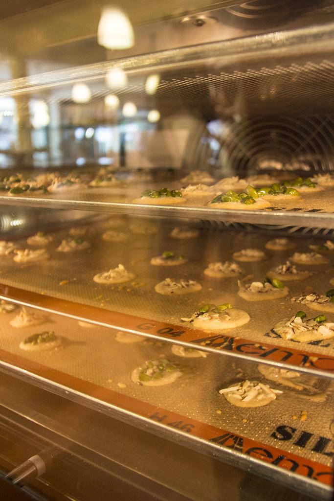 Fazendo biscoito na Kambly - bandejas de mandelcaramel no forno