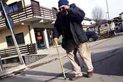 IMG_4448 (Gabrio Malonni) Tags: street old winter italy sun mountain italia colours oldman ombre persone uomo hut streetphoto inverno colori montagna peolpe cappello gennaio occhiali iphone 2016 bastone streetphotographers