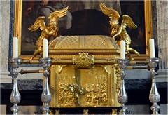 Il est orné de bas-reliefs. La face exhibée devant nous a été réalisée en 1753 par l'orfèvre bruxellois Henricus II de Potter. Il montre la rencontre entre Abraham et Melchisédech, roi de Salem et prêtre, tous deux accompagnés de soldats. (Barbara DALMAZZO-TEMPEL) Tags: belgium belgique belgië notredame cathédrale antwerpen tabernacle rococo anvers intérieur onzelievevrouwe henryfrançoisverbrugghen