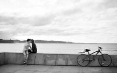 El beso (The kiss) (CarlosConde/Photography) Tags: love kiss san pareja amor gijn asturias bicicleta playa lorenzo beso fujix100