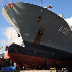 Das Verorgungsschiff Berlin der Deutschen Marine in Hamburg in der Werft (petrahb) Tags: berlin bug dock marine hamburg schiff werft lazarett a1411 einsatzgruppenversorger versorgungsschiff