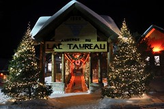 Auberge du lac Taureau (Olivier Simard Photographie) Tags: christmas longexposure windows winter snow canada cold architecture night cat woodwork hostel chat frost nightshot quebec hiver illuminations qubec tinsel northamerica chalet crown neige nightlife raid nol froid nocturne enchantment firs auberge laurentides fentres pourvoirie gele couronne sapins longuepose saintmicheldessaints guirlandes outfitter amriquedunord photodenuit boiseries chlet frie lactaureau grandnord laketaurus aubergedulactaureau laketaureauinn