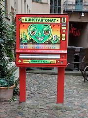 Kunst am und im Automaten im HInterhof (Sockenhummel) Tags: oranienburgerstrase kunstautomat