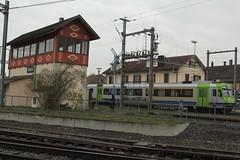 BLS Ltschbergbahn RBDe Pendel - Pendelzug mit historischem Stellwerk Kerzers am Bahnhof Kerzers im Kanton Freiburg - Fribourg der Schweiz (chrchr_75) Tags: hurni christoph schweiz suisse switzerland svizzera suissa swiss chrchr chrchr75 chrigu chriguhurni chriguhurnibluemailch april 2016 april2016 hurni160409 bahnhof kerzers kantonfreiburg kantonfribourg eisenbahn bahn train treno zug schweizer bahnen albumblsltschbergbahn bls ltschbergbahn albumbahnenderschweiz juna zoug trainen tog tren  lokomotive  locomotora lok lokomotiv locomotief locomotiva locomotive railway rautatie chemin de fer ferrovia  spoorweg  centralstation ferroviaria