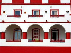 Blanco y Rojo (John LaMotte) Tags: blanco rojo white red fachada arco puerta portugal porta door carvoeiro algarve infinitexposure greatphotographers ilustrarportugal
