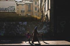 Zaragoza (rubenoteroaudiovisual) Tags: street city family playing familia canon 50mm photo calle shoot play ciudad zaragoza 7d aragon childrens jugar juego fotografa hijos zgz strettphotography zaragozaciudad