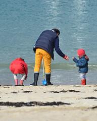 Grand-père (alderney boy) Tags: friends red beach yellow brittany boots wave papa vague plage grandpère wavelet carantec plagedukelenn