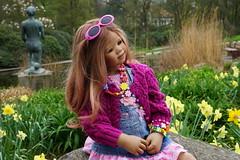 Anne-Moni ... (Kindergartenkinder) Tags: park essen dolls outdoor sony pflanze feld wiese skulptur blumen blume landschaft garten baum annette personen narzisse osterglocke gruga himstedt annemoni kindergartenkinder