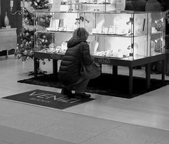 Veni Vedi Venizi ! Aussi ! (p.franche) Tags: christmas brussels urban blackandwhite woman blanco monochrome shopping europe belgium belgique noiretblanc femme negro snapshot bruxelles jewelry panasonic gift dxo nol brussel zwart wit hdr cadeau urbain streetshot  instantan bijouterie belge schwarzweis mustavalkoinen inbiancoenero svartochvitt  bestofbw fz200  pascalfranche pfranche skancheli   venizi