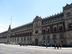 "Mexico City: la Place Zocalo et son Palais National <a style=""margin-left:10px; font-size:0.8em;"" href=""http://www.flickr.com/photos/127723101@N04/24799485453/"" target=""_blank"">@flickr</a>"