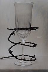 Copa y alambre (still life) (CarlosConde/Photography) Tags: bw stilllife film glass sony voigtlander 14 negative bodegn 58mm copa nokton blanconegro virado pelcula ilce7m2