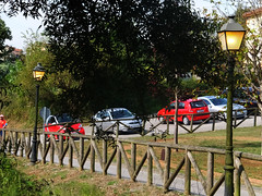 DSCF0014 (Jusotil_1943) Tags: parque cars luces madera fences farolas coches