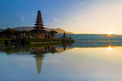 Pura Ulun Danu (Jokoleo) Tags: morning bali lake sunrise indonesia temple star ngc culture sunburst pura danau ulundanu