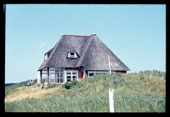 (Kaopai) Tags: travel house holiday color tourism haus dia insel ameland ferien tourismus reet ferienhaus reetdach farbfoto 1970er 1970th farbdia