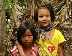 sisters (the foreign photographer - ) Tags: two sisters portraits canon children thailand kiss bangkok khlong bangkhen thanon 400d