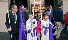 Na de processie wachten op vervoer (Malaga) (Frandalf) Tags: outdoors kinderen malaga kerk buiten semanasanta spanje pasen straat 2016 processie paasprocessie boetelingen