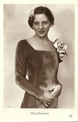 Miss England 1931 (Truus, Bob & Jan too!) Tags: beauty fashion female vintage 1930s postcard contest moda beauté miss pageant concours mode bellezza schönheit wettbewerb feminin concorso weiblich femminile misseurope